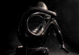 Silver and gold figure bw20150720055